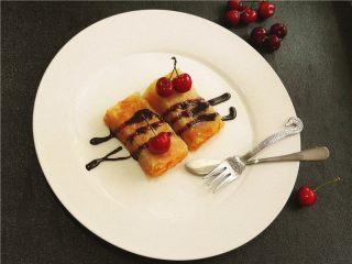 卷起来的美味-芒果酥皮,上面淋上巧克力酱,再点缀上樱桃,很漂亮吧。