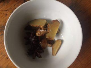 彩色皮冻,煮好后等自然下气后将八角和姜片捞出(这时压好的肉皮连同汤剩下约650g-700g)