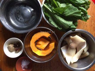 彩色皮冻,准备所用食材:猪肉皮300g,清水800g,去皮去籽南瓜100g,芥菜叶100g,盐5g,姜1块,八角3个