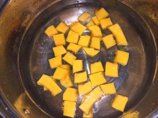 彩色皮冻,同样放入煮开的热水中煮熟