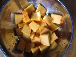 彩色皮冻,将去皮去籽的南瓜洗净后切成小块