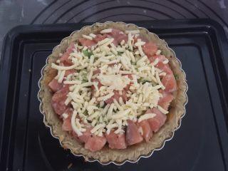 三文鱼牛油果土豆丝披萨,撒上一层马苏里拉芝士