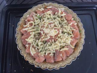 三文鱼牛油果土豆丝披萨,最后撒上披萨草