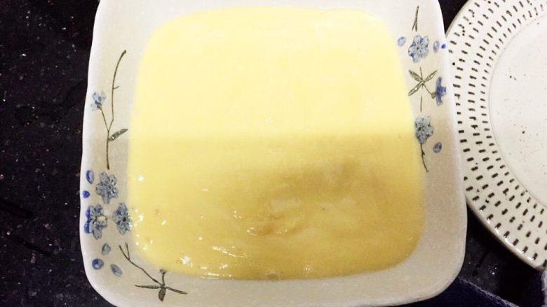 层层土豆腐蒸肉,找一个碟,碟子抹上一层油,把土豆泥倒进去备用