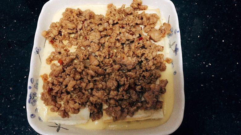 层层土豆腐蒸肉,把肉沫铺上去