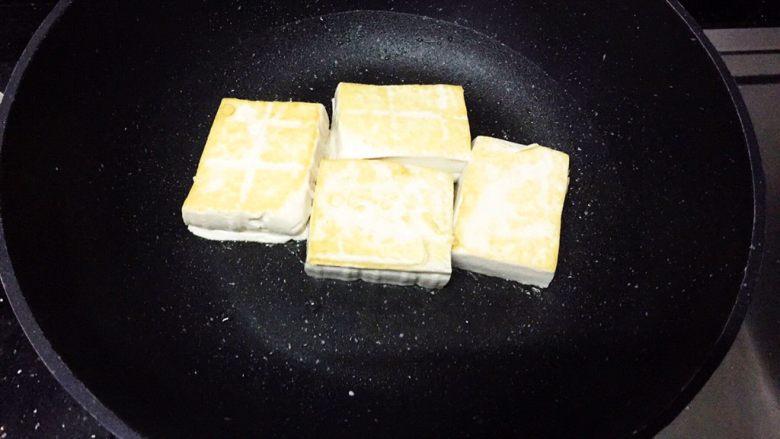 层层土豆腐蒸肉,煎至两面金黄