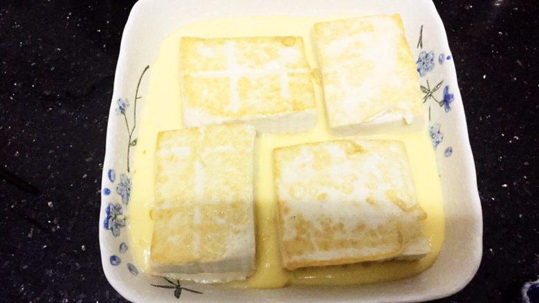 层层土豆腐蒸肉,小心放进已装了土豆泥的碟子里