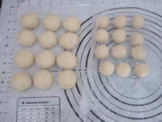 黑芝麻酥饼,将静置过的酥皮和油酥分别分成12等份的小团。