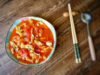 #百搭西红柿# 西红柿炒鸡柳,最后撒入葱花,装盘。