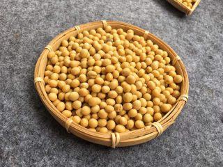 解渴消暑豆浆粥,准备干黄豆250克,打豆浆、做豆腐我比较喜欢用这种非转基因小黄豆,打磨成了豆浆特别香醇。