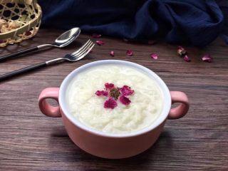 解渴消暑豆浆粥,煮好的豆浆粥,打开锅盖的瞬间豆浆清香扑鼻而来,尝一口清甜可口,谁不想吃呢?