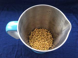 解渴消暑豆浆粥,泡好的黄豆清洗干净,沥干水分倒入豆浆机内(黄豆会有些细沙,灰尘什么的,需要清洗干净)。