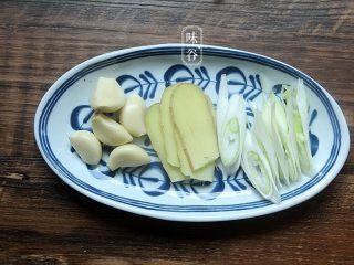 自制卤水猪蹄,葱和姜蒜切好;