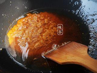 自制卤水猪蹄,中小火炒溶冰糖;