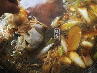 自制卤水猪蹄,卤水料放进纱布袋里也放进锅里,盖盖子,水开后小火煮20分钟;