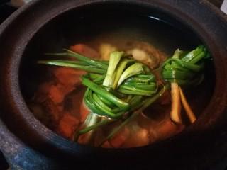 秋冬滋补篇:鲍鱼排骨山药汤(含鸡汤粉做法),出过水的鲍鱼,猪肋排,葱姜,黄酒放入荥经砂锅。