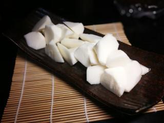 秋冬滋补篇:鲍鱼排骨山药汤(含鸡汤粉做法),小窍门:在水龙头放水的情况下边冲边刮,不变色,不麻手。去皮切块。
