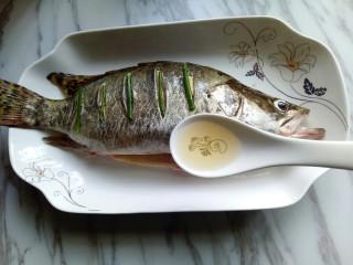 #味道鲜美的#清蒸桂鱼,加入一勺料酒。