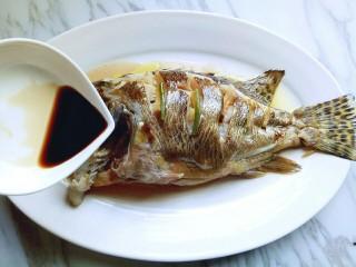#味道鲜美的#清蒸桂鱼,淋上蒸鱼豉油,调味完成。(可以按自己的口味调味)