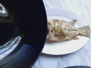 #味道鲜美的#清蒸桂鱼,炒香后将花椒捞出,热油 淋在鱼身上。