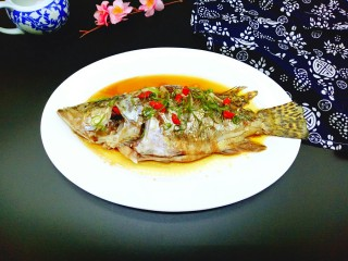 #味道鲜美的#清蒸桂鱼,摆放上几颗枸杞点缀(喜欢吃辣的,可以用红辣椒。) 最后将撕好葱花撒上鱼身上即可。
