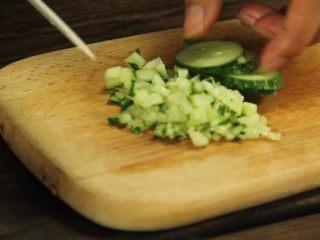 减脂增肌餐:杂蔬鸡胸肉饼,黄瓜切成碎粒