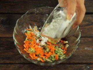 减脂增肌餐:杂蔬鸡胸肉饼,在鸡胸肉泥中分别加入料酒,蚝油,生抽,黑胡椒,盐,顺时针搅拌,再依次放入蔬菜碎
