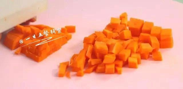 鸡肉蔬菜粥,胡萝卜切小粒。
