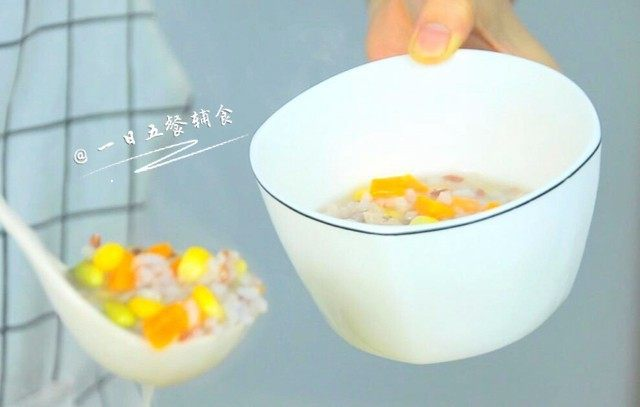 鸡肉蔬菜粥, 用筷子搅开,将它们快速烫熟,再有10分钟就可以出锅。