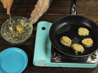 减脂增肌餐:杂蔬鸡胸肉饼,小火煎制