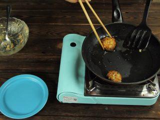 减脂增肌餐:杂蔬鸡胸肉饼,过程中用筷子翻面查看