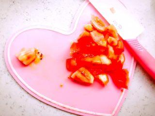 蒸虾糕 宝宝辅食,西红柿去皮去蒂,切小块