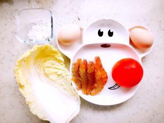 蒸虾糕 宝宝辅食,准备食材,八只基围虾,半个西红柿,两个鸡蛋,两片娃娃菜,一点淀粉