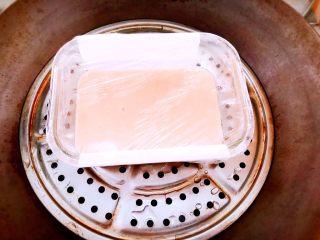 蒸虾糕 宝宝辅食,放入锅中,隔水蒸十分钟使虾泥凝固