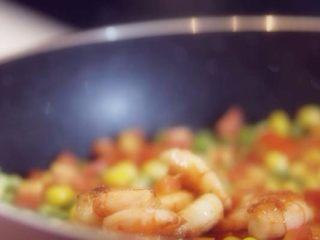 番茄柠檬烩虾仁,放入炒好的虾仁,与玉米粒,豌豆翻炒