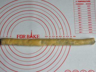 豆沙一口酥,捏合收口,厚度均匀一致。