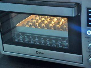 豆沙一口酥,放入提前预热的烤箱,165度15-18分钟,表面上色即可。