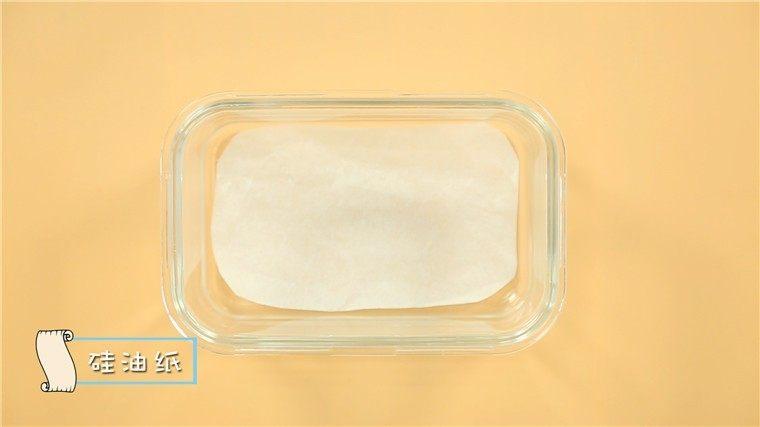 宝宝午餐肉,补铁又补锌!,取一个深口容器,底部放入硅油纸 。 ps:没有硅油纸的妈妈也可以在容器的底部和四周刷上薄薄的一层油哦~
