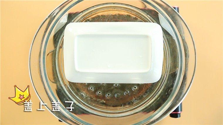 宝宝午餐肉,补铁又补锌!,盖上盘子,上锅蒸10分钟。 ps:盖盘子能有效的防止水汽进入肉泥中,使得肉蒸的更加平整。