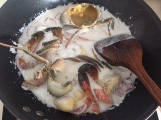 泰式椰浆土豆咖喱蟹,然后放入青蟹和鸡蛋液翻拌均匀盖上锅盖煮沸后转小火炖10分钟