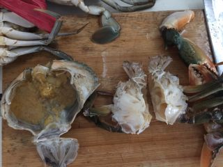 泰式椰浆土豆咖喱蟹,用刀斩成两半