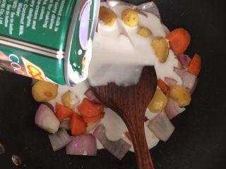 泰式椰浆土豆咖喱蟹,然后倒入椰浆