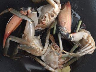 泰式椰浆土豆咖喱蟹,然后放入油锅里煎香