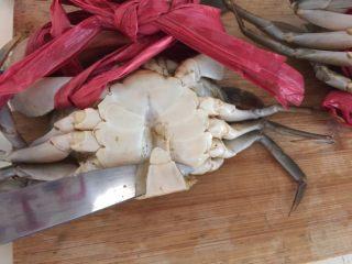 泰式椰浆土豆咖喱蟹,然后用小刀在蟹的底部撬开