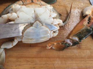 泰式椰浆土豆咖喱蟹,雌蟹也是一样,然后用小刀捅死