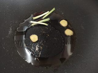泰式椰浆土豆咖喱蟹,锅里热油后放入姜片和葱段煸香