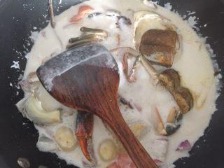 泰式椰浆土豆咖喱蟹,再放入咖喱块翻拌均匀炖煮2分钟即可