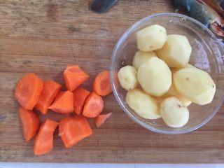 泰式椰浆土豆咖喱蟹,小土豆去皮洗净、胡萝卜去皮切成大块