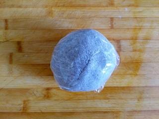 三合面粉混搭紫米鲜肉饼(烤箱),盖保鲜膜待用