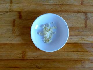 三合面粉混搭紫米鲜肉饼(烤箱),大蒜切蒜末
